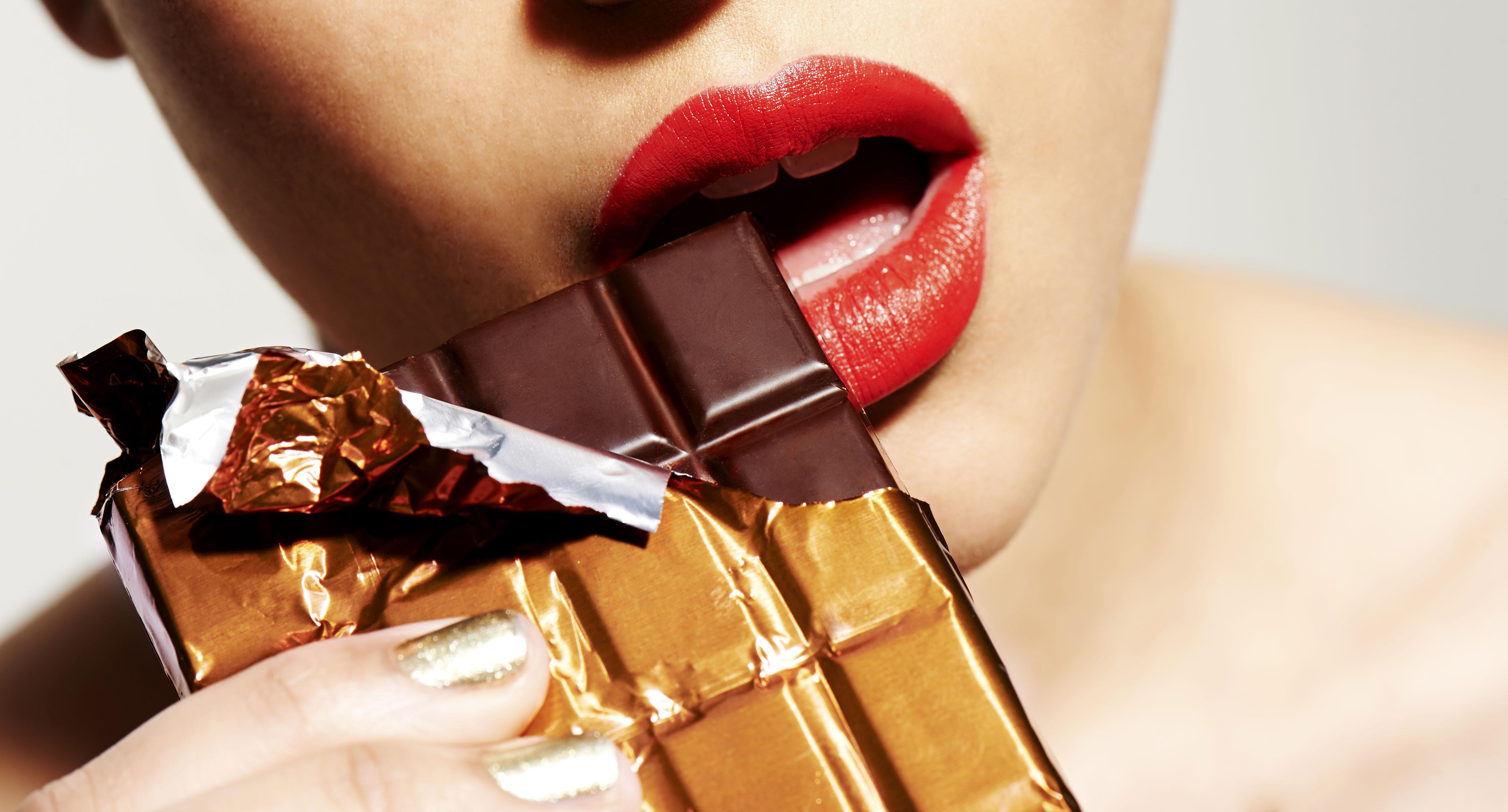 Heureux chocolat ... dans Pâques femme-mange-tablette-chocolat-rouge-levres-rouge